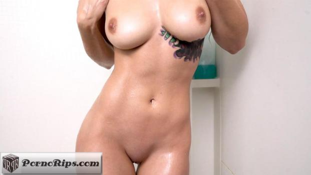 girlsgonewild-18-06-28-sloan-masturbates-in-the-shower.jpg
